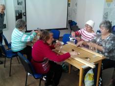 Pletení bambulkových šálek.