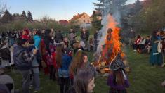 Fešn čarodějnice 2016, závěrečné kolečko kolem hořícího ohně zazvuku Babuchy adivokého tance.