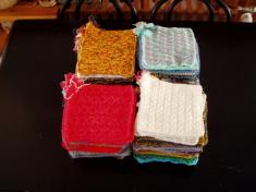 Knit aSquare - najednu deku je třeba 35čtverců, my jsme jich nashromáždili 115, děkujeme.