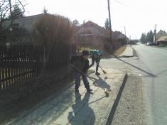 Děti si uklízí Podomí - schutí dotoho, půl je hotovo :)