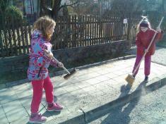 Děti si uklízí Podomí - zameteme štěrk iz chodníků.