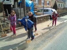 Děti si uklízí Podomí - už jsme skoro hotoví.