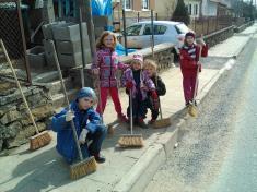 Děti si uklízí Podomí - aje hotovo :)