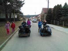 Děti si uklízí Podomí - odvoz vyhrabané trávy zparku.