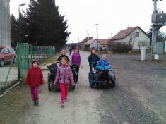 Děti si uklízí Podomí - odvoz nakompostárnu. Děvčata pracují...