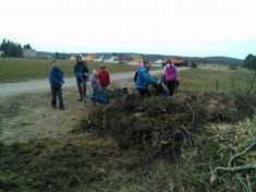 Děti si uklízí Podomí - ještě vysypat odpad zparku aje hotovo.