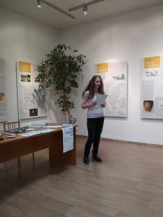 Magdaléna Šebelová, vítězka 1.místa vsoutěži Jižní Morava čte přednesla svoji báseň Moje obec zasto let. Magdaléna postupuje dokrajského kola soutěže.