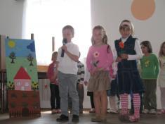Žáci ZŠ Podomí, Den matek 2011.