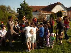 Slečna Hrůzová představuje stanoviště, kde sezkoušla ohebnost pařátků malých čarodějů ačarodějnic.