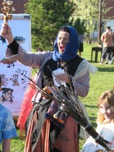 Kryndypýna Přelétavá vyzývá účastníky sletu kčarodějnickému tanci okolo ohně.