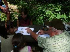 Pan Karel Vágner učí děti poznávat zvířata ajejich stopy.