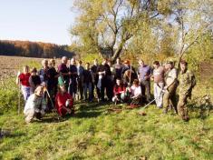 Účastníci brigády navyčištění břehů potoka.