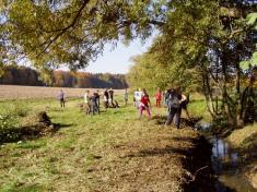 Brigáda navyčištění břehů potoka.