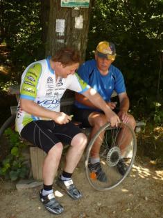 Cyklistický výlet TJ Sokol Podomí - oprava defektu-