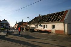 Brigáda naopravu střechy místního pohostinství