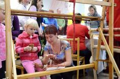 Slavnostní otevření Stálé expozice historie Podomí ajeho významných rodáků - paní Pavla Šimková ukazuje, jak setká natkalcovském stavu